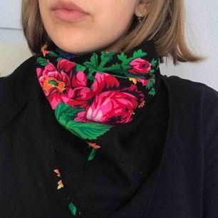 Vacker vintage sjal i rysk stil. Fint skick! Köpare står för frakt.