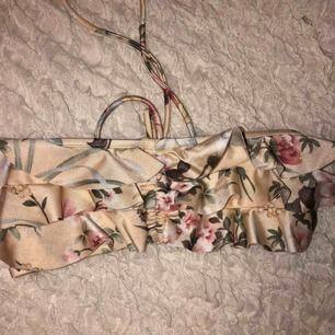 Säljer denna super söta bandeau bikini toppen! Aldrig andvänd💗 Kan antingen mötas upp eller frakta