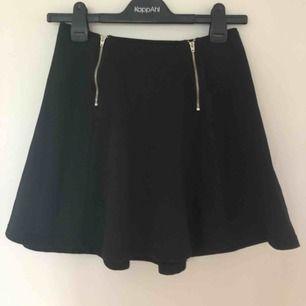 Svart kjol med silvriga dragkedjor från Kappahl. I strl 158/164 men skulle nog tro den även passar XS/S.   Köp för 60kr så bjuder jag på frakten:)  Köparen står för frakten.💕  Kontakta gärna vid intresse!✨