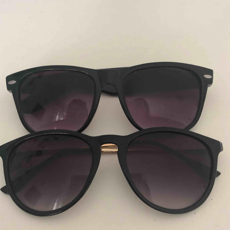 ⚡️skriv för fler bilder⚡️ två par fina solglasögon, säljes pga att jag har många och dessa inte kommer till användning.  30kr/st eller 50kr för båda . Accessoarer.