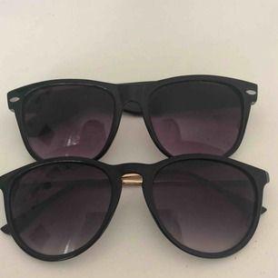 ⚡️skriv för fler bilder⚡️ två par fina solglasögon, säljes pga att jag har många och dessa inte kommer till användning.  30kr/st eller 50kr för båda