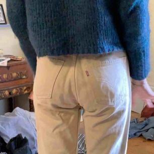 Skitsnygga beigea Levi's jeans!! De går rakt ner och är högmidjade och i jättebra skick.