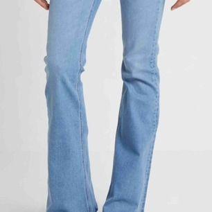 Säljer utsvänga jeans ifrån zara.