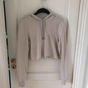 Kort tröja fr NLY trend i storlek S. Frakt tillkommer.