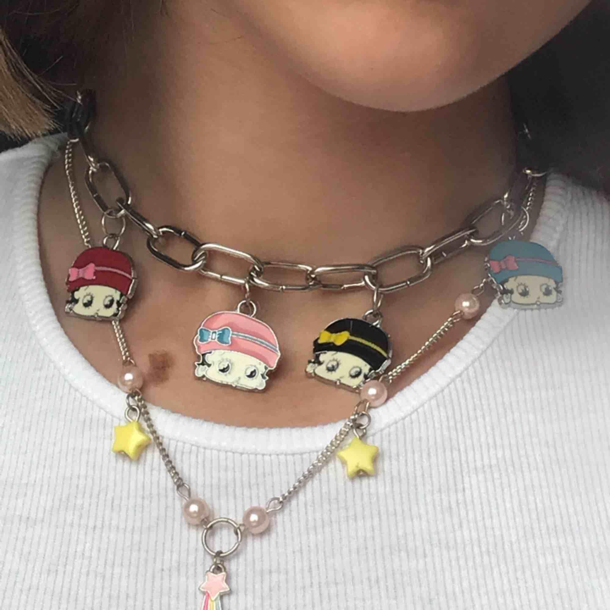 jättegulligt halsband med stjärnor på ♡ fick det i present för länge sedan, och har slutat använda det :) inget problem med kvalitén, men knäppet är lite missfärgat ♡ . Accessoarer.