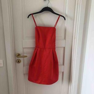 Röd klänning från Missguided i storlek 38 men passar 36. Frakt tillkommer.