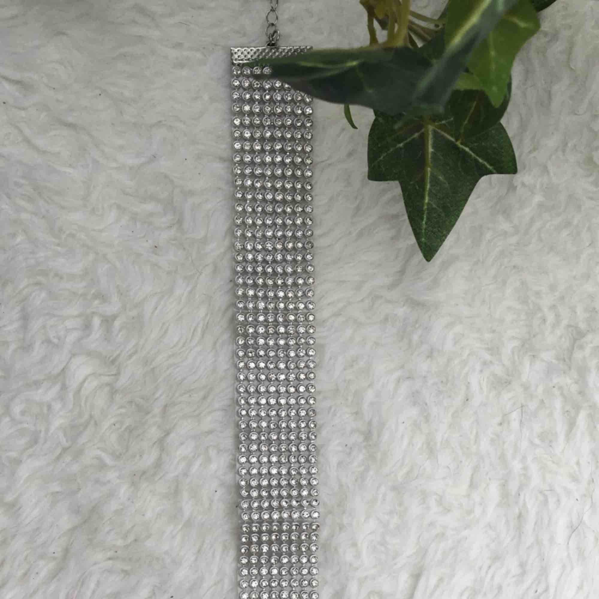 Superfin choker med diamantstenar på. Säljer pga att den tyvärr aldrig kommer till användning. Alla stenar sitter kvar. Frakt ingår i priset.. Accessoarer.