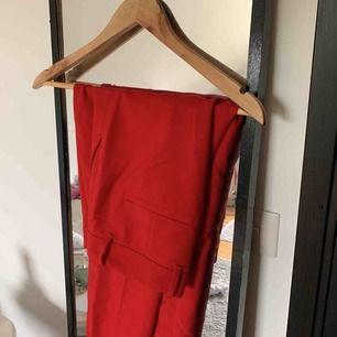 Röda kostymbyxor från zara. Aldrig använda pga för stora. Har pressveck fram och en liten slits längst ner vid foten.