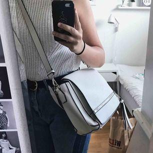 Benvit handväska från Zara. Bara använd en gång.  Mått: B:39cm H:26cm D:10-14cm
