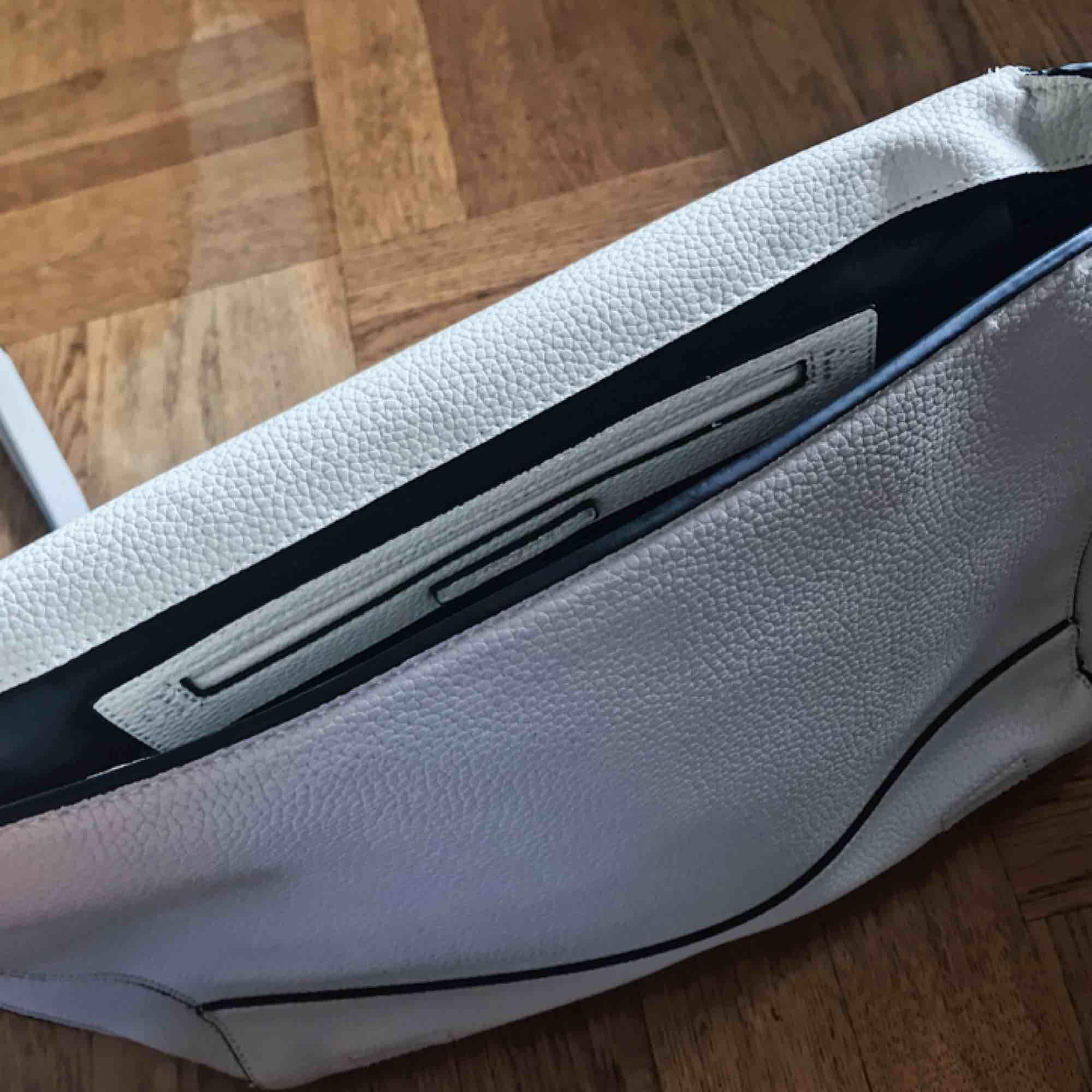 Benvit handväska från Zara. Bara använd en gång.  Mått: B:39cm H:26cm D:10-14cm. Väskor.