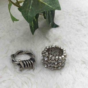Båda för 60kr (inklusive frakt) en för 30kr (inklusive frakt) den ringen med diamanter på är resår så passar de flesta.