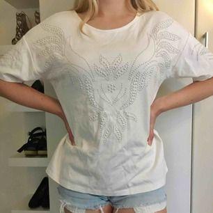 Cool t-shirt som är lite oversized i modellen. Fin kvalitet, alla pärlor är kvar. Hämtas i centrala Uppsala eller skickas, i så fall står köparen för frakten.