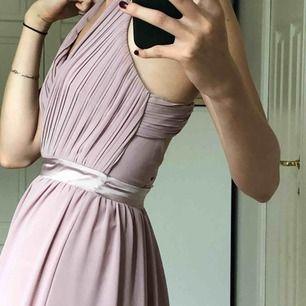 Min vackra balklänning!💕💕Pastellrosa och tyget är otroligt vackert. Köptes för 1000 kr. Detaljerna på ryggen är så fina!