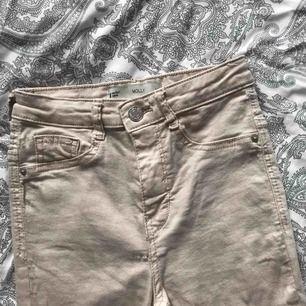 snygga beigea molly jeans från ginatricot i storlek xs. aldrig använda, endast provade hemma! som nya! nypris 299kr