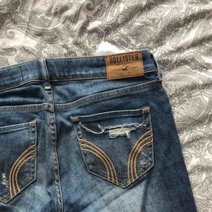 supersnygga skinny jeans med låg midja från Hollister. storlek W25 L31. använda men fortfarande i fint och bra skick, nypris 599kr