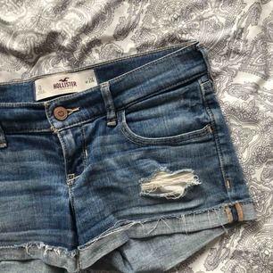 snygga shorts från Hollister med låg midja, i storlek W24. använda men i superfint skick! nypris 349kr