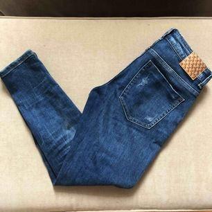 Jeans från Zara i storlek S. Lite kortare i modellen med dragkedjor nertill. Snygg slitning. Frakt tillkommer.