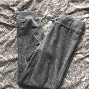 """gosiga mjukisbyxor från cubus som liknar """"jucy couture"""" dressar. mörkgrå. märkta med storlek 140 men passar en xs ändå! använda några gånger men i fint skick. nypris 199kr"""
