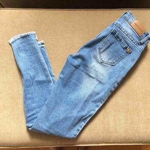 Slim fit Jeans i stretch från Denim Stories (köpta på Tara) i storlek 36 (passar XS-S). Frakt tillkommer