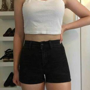 Svarta shorts med fin design (se bild 2), storleken är XS men de sitter mer som en XXS. Hämtas i centrala Uppsala eller skickas, i så fall står köparen för frakten.