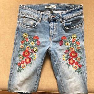 Slim fit Jeans i stretch från Zara med blommor och hål vid knäet. Frakt tillkommer.