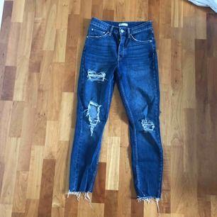 Jeans med hög midja och stretch från Gina Tricot. Många hål och mycket slitning. Super bekväma. Något mörkare i verkligheten än vad bilden visar. Frakt tillkommer.