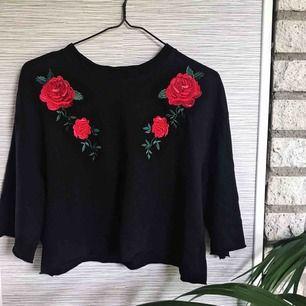 En svart, rosen-broderad crop-top från H&M. Bara använd ett fåtal gånger.