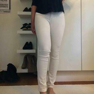 Vita, tighta jeans i fint skick! Obs! små i storleken, de sitter mer som en 24 i midjan. Hämtas i centrala Uppsala eller skickas, i så fall står köparen för frakten.