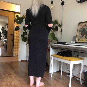 En grå/svart tajt klänning från Monki. Den har coola hål för armbågarna & en liten polokrage.