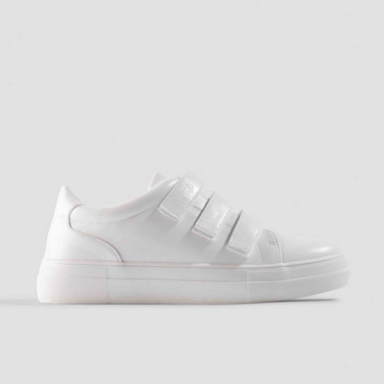 Velcro Sneakers white från nakd. Aldrig använda eftersom jag beställde fel storlek. . Skor.