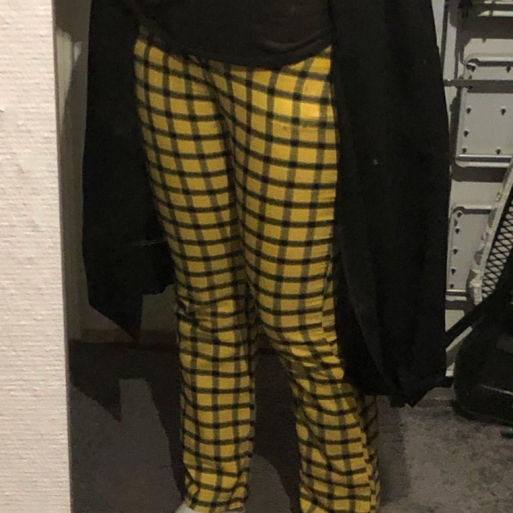Rutiga gula tygbyxor med bootcut. Storlek S dock ingen stretch så hade sagt strl 32/34!  Passar inte mig (36/38) så doing my best på bilderna, ser mycket bättre ut på 32/34. Fickor på båda sidorna + 2 baktill. Frakt ingår i priset!. Jeans & Byxor.