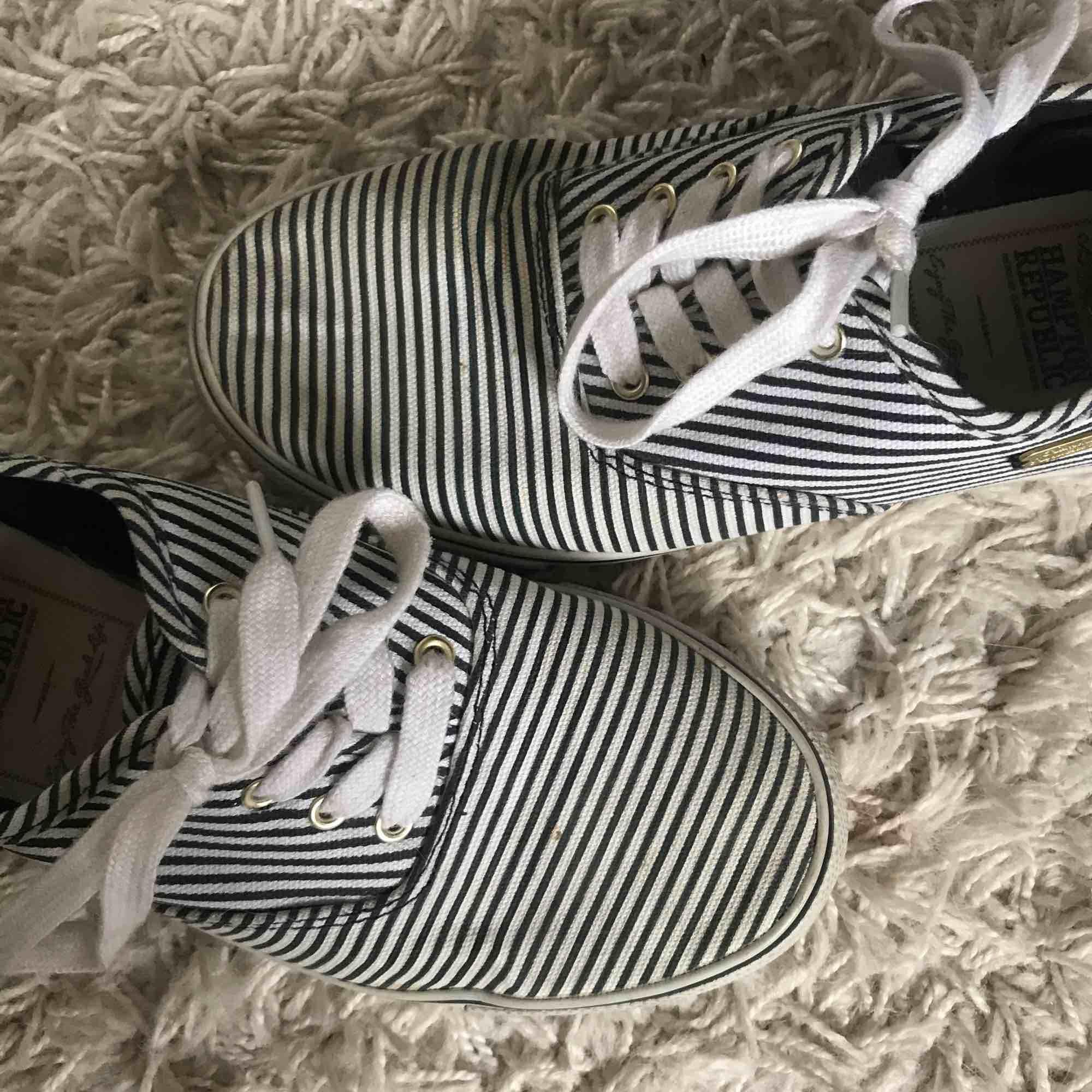 Vit och blå randiga skor från Hampton Republic, HM. Använda 3 gånger max.. Skor.