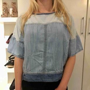 Cool jeans-top i en oversized modell, bra skick! Hämtas i centrala Uppsala eller skickas, i så fall står köparen för frakten.