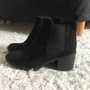 Svarta skor med klack. Använda max 5 gånger.