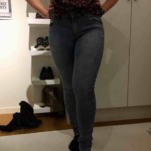 Jeans i fint skick, stretchigt material. Hämtas i centrala Uppsala eller skickas, i så fall står köparen för frakten.