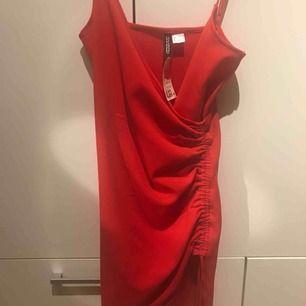 Klänning från H&M. Den är köpt på rea men har aldrig använd den. Frakt tillkommer