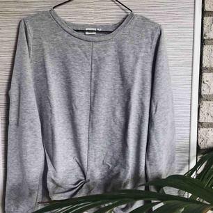 En grå college tröja från .OBJECT med en skruvning på nedre delen. Aldrig använd.  Strl. S (men passar bättre på M)