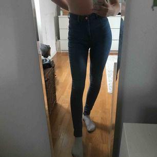 Högmidjade ljusblåa byxor från Gina Tricot. De är egentligen i storlek M men har krympt i tvätten så de passar mig som brukar ha S/XS. Använda max 3 gånger.