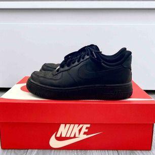 Svarta låga Nike AF1 (Air Force 1) storlek 36. Bra skick förutom att det finns skador på insidan av hälen, inget som syns eller märks av. Obs lådan ingår ej.  Frakt kostar 63kr extra ✖️Fraktar endast✖️