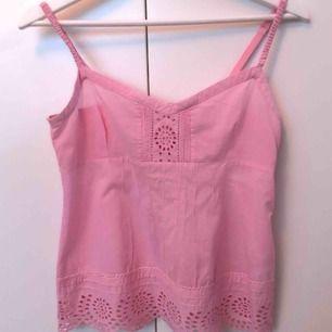Gulligt linne från Odd Molly i rosa färg och knappar på ena sidan. Storlek 0 vilket motsvaras av XS