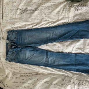 Bootcut jeans från H&m modellen denim. De finns några slitningar på byxorna, jag själv gillar d för d ger en slags kontrast. Byxorna har en låg midja som passar till mycket Säljer pga av att dem blivit för små