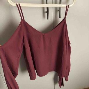 Hallonröd/rosa topp från NA-KD, off shouler i tunt material. Använd 1 gång. Köparen står för frakt.