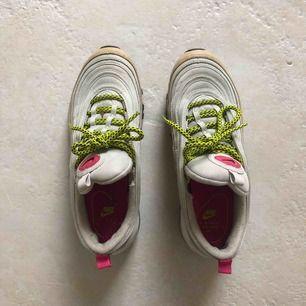 Skor från Nike i storlek 38. Nypris 1800kr. Köpta i NYC. Frakt tillkommer.