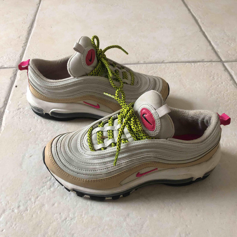 Skor från Nike i storlek 38. Nypris 1800kr. Köpta i NYC. Frakt tillkommer.. Skor.