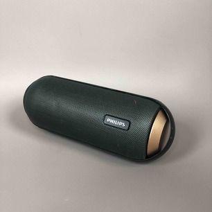 Trådlös bärbar högtalare. Ljud i 360 grader betyder att du får fylligt ljud runt omkring dig i vilket fall som helst. Den är stänksäker, tålig, utrustad med trådlös musikströmmning. Laddas med USB mini sladd.  Ny pris: 850 kr