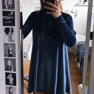 Blå sammets klänning från Forever21. Använd en gång.  Strl. S