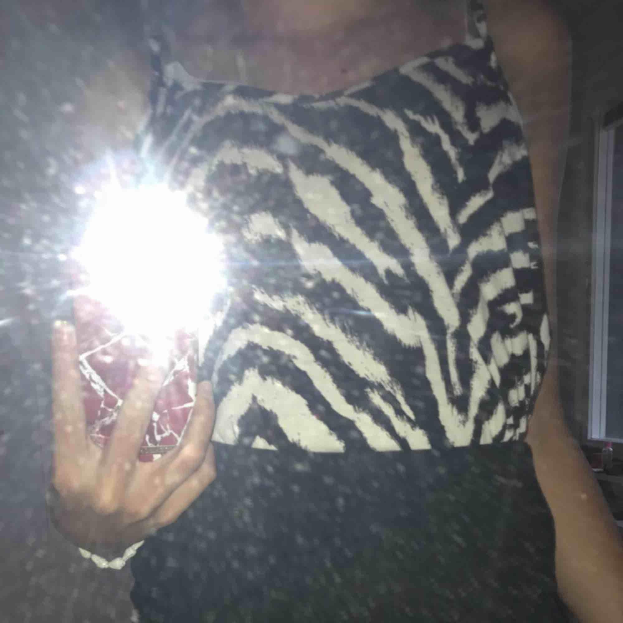 Zebra mönstrat linne från Ginatricoti str S men passar M. Använd ett fåtal gånger. . Toppar.