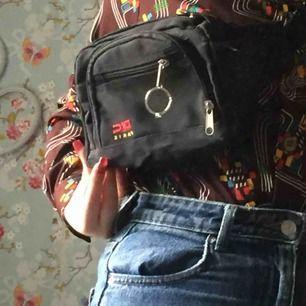 En fin fannypack med visa defekter  (se bild 2, 3) den har tre fickor och är annars i bra skick men inte jätte där av priset. Frakt 40kr
