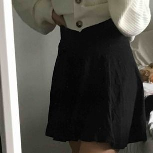 En svart kjol från H&M. Så fiin!!!! Storlek S men passar säkert en M också. Så bra material!   Kan mötas upp i Göteborg annars står köparen för frakten.