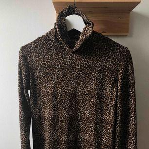 Tröja med polokrage från Zara i leopardmönster. Testad en gång men aldrig använd.
